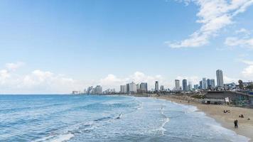 paysage marin et gratte-ciel sur fond à tel aviv, israël. photo
