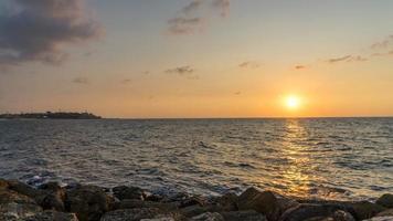 magnifique coucher de soleil sur la mer méditerranée sur la plage à tel aviv israël 2020. photo