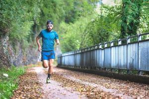 coureur de marathon homme pendant la préparation sur piste cyclable photo