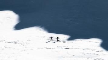 skieurs alpinistes à l'ombre des montagnes. photo de style artistique