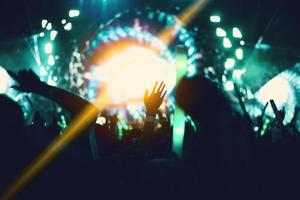 concert de rock avec des silhouettes personnes photo
