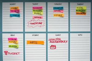 planificateur scolaire avec des sujets académiques et des activités de temps libre. photo