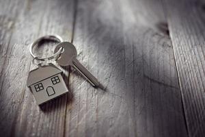 clé de maison sur porte-clés photo