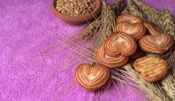 biscuits sucrés en forme de coeurs. photo