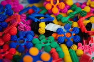 beaucoup de pièces en plastique colorées du designer photo