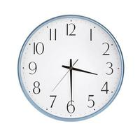 l'horloge ronde montre la moitié du quatrième photo