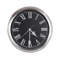 quatre heures et demie sur l'horloge ronde photo