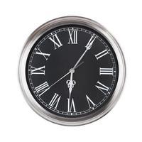 six heures cinq minutes sur l'horloge photo
