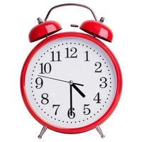le réveil rond indique quatre heures et demie photo