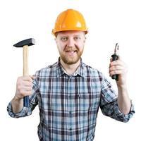 homme dans un casque avec un marteau et des pinces photo
