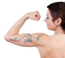 femme avec un tatouage montrant des biceps photo