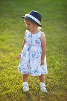petite fille en robe et chapeau photo