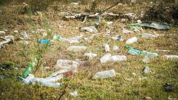 ordures au bord de la rivière - ordures sur les rives de la rivière photo
