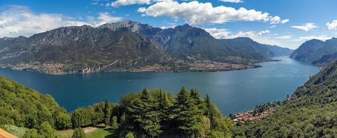 vue grand angle sur le lac de côme photo