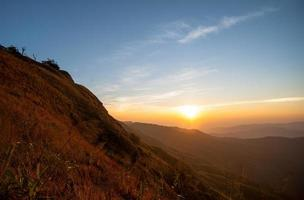 beau paysage lever du soleil nature fond montagnes et ciel couleur or photo