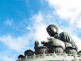Statue de bouddha géant et monastère de po lin à hong kong, île de lantau en chine photo