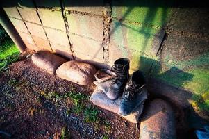 bottes militaires en cuir noir vieilles et sales photo