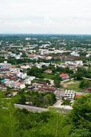 paysage de ville et de campagne avec ciel bleu, nuages et herbe verte en été photo