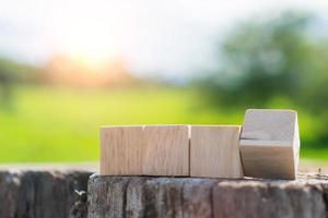 dans un fond à main, un cube en bois vierge peut être utilisé pour ajouter du texte. photo