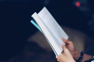 une femme lit un livre dans un beau parc et un étang, détendez-vous et dans un environnement paisible photo