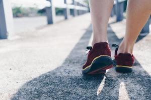 femme porter des chaussures de course pour marcher et courir sur la nature verte background.health exercice. photo