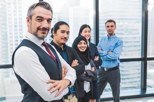 portrait d'un groupe de gens d'affaires confiant dans un travail réussi photo