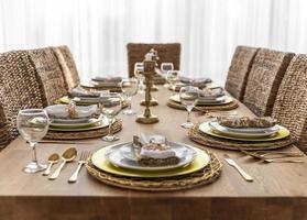 table à manger avec assiettes photo