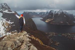 Homme voyageur prenant une photo avec un smartphone en randonnée sur la crête de la montagne en Norvège