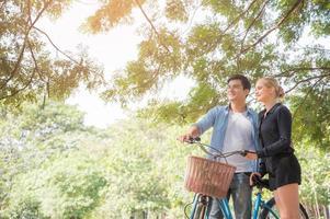 les jeunes amoureux se promènent dans le parc photo