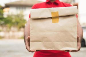 facteur en uniforme rouge holding package photo