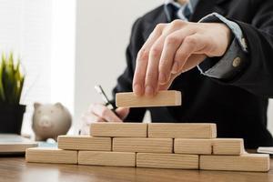 homme d'affaires avec des blocs de construction en bois photo