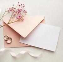 fleurs roses et enveloppe avec anneaux photo