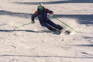 grandvalira, andorre, jan 03, 2021 - jeune homme skiant dans les pyrénées à la station de ski de grandvalira photo