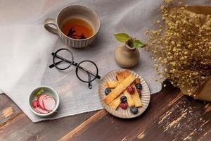 l'heure du goûter, thé noir avec du pain photo
