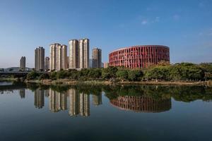le ruisseau reflète le musée putian de chine dans la soirée photo