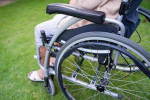 patiente asiatique âgée ou âgée vieille dame sur fauteuil roulant dans le parc, concept médical fort et sain photo