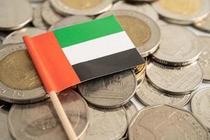 drapeau des émirats arabes unis sur fond de pièces de monnaie, finance et comptabilité, concept bancaire photo