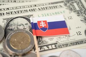 Pile de pièces avec drapeau slovaquie sur les billets en dollars américains photo