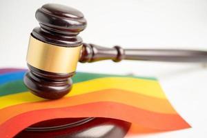 marteau pour juge avocat sur le drapeau arc-en-ciel, symbole du mois de la fierté lgbt célébrer annuellement en juin social des gays, lesbiennes, bisexuels, transgenres, droits de l'homme photo