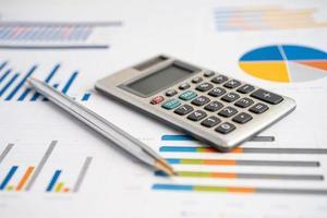 calculatrice sur papier millimétré. développement financier photo