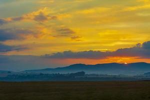 coucher de soleil doré et coloré orange jaune rouge bleu rose couleurs. photo