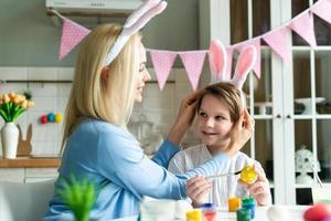 maman essayant fils fils lapin lapin de pâques. photo