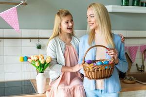 concept de pâques, maman a un panier de pâques et du savon avec sa fille. photo