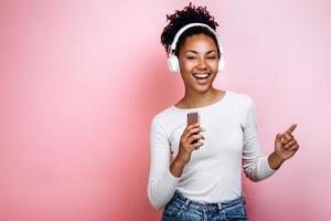 charmante, jeune fille écoute joyeusement de la musique, danse photo
