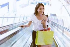 les femmes asiatiques et la belle fille tiennent des sacs à provisions en souriant tout en faisant des courses au supermarché photo