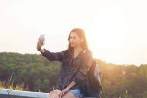 les femmes asiatiques souriantes prennent des photos et selfie