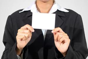 Businesswoman asia holding et a montré une carte de visite sur fond blanc photo
