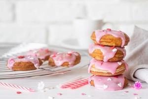 beignet en forme de coeur avec glaçage à la fraise - concept de la Saint-Valentin photo