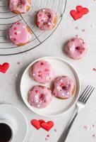 beignet en forme de coeur avec glaçage à la fraise - concept de la Saint-Valentin, mise au point sélective photo