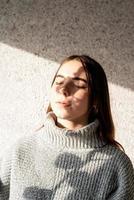 portrait d'une belle jeune femme avec un motif d'ombre sur le visage et le corps sous forme de coton photo
